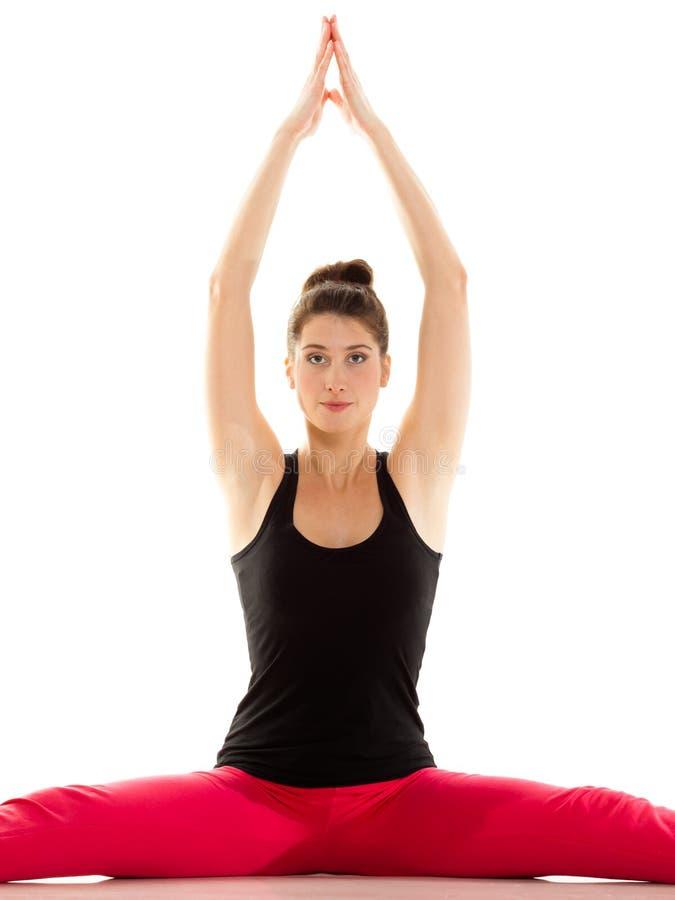 Menina flexível que faz esticando o exercício dos pilates foto de stock royalty free