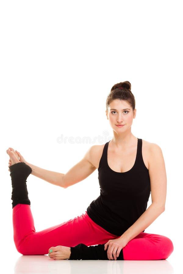 Menina flexível que faz esticando o exercício dos pilates fotos de stock royalty free