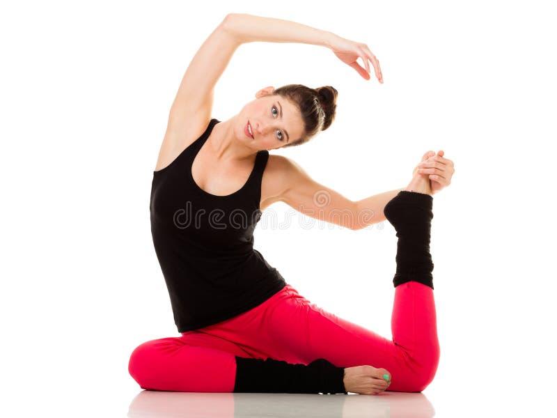 Menina flexível que faz esticando o exercício dos pilates fotografia de stock