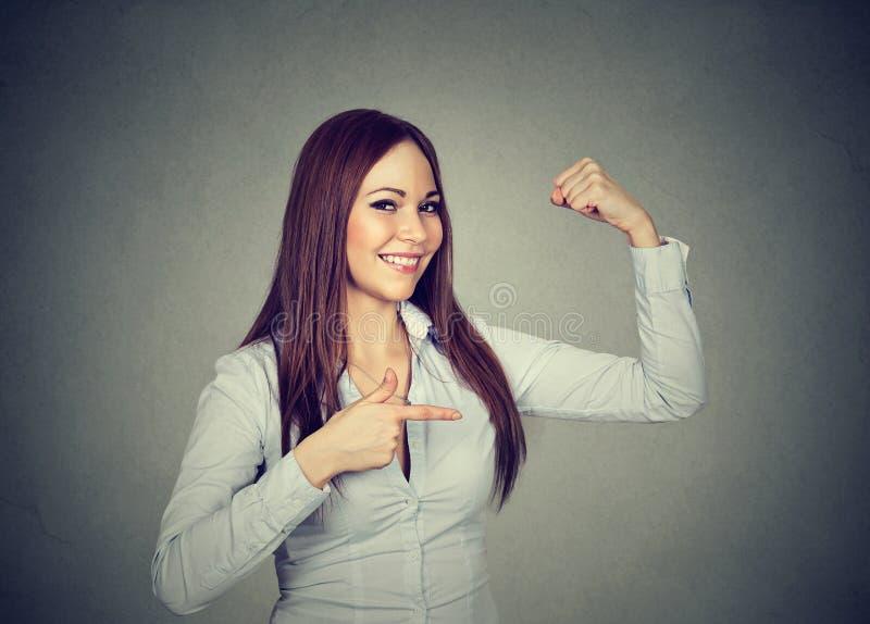 Menina forte que mostra dobrando os músculos fotos de stock