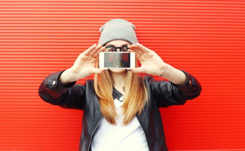 Menina fresca do moderno que toma a imagem no autorretrato do smartphone imagem de stock royalty free