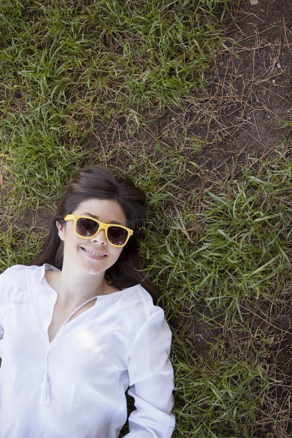 Menina fresca que relaxa no parque foto de stock royalty free