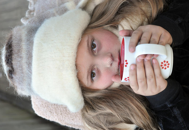 Menina fria com bebida morna fotografia de stock