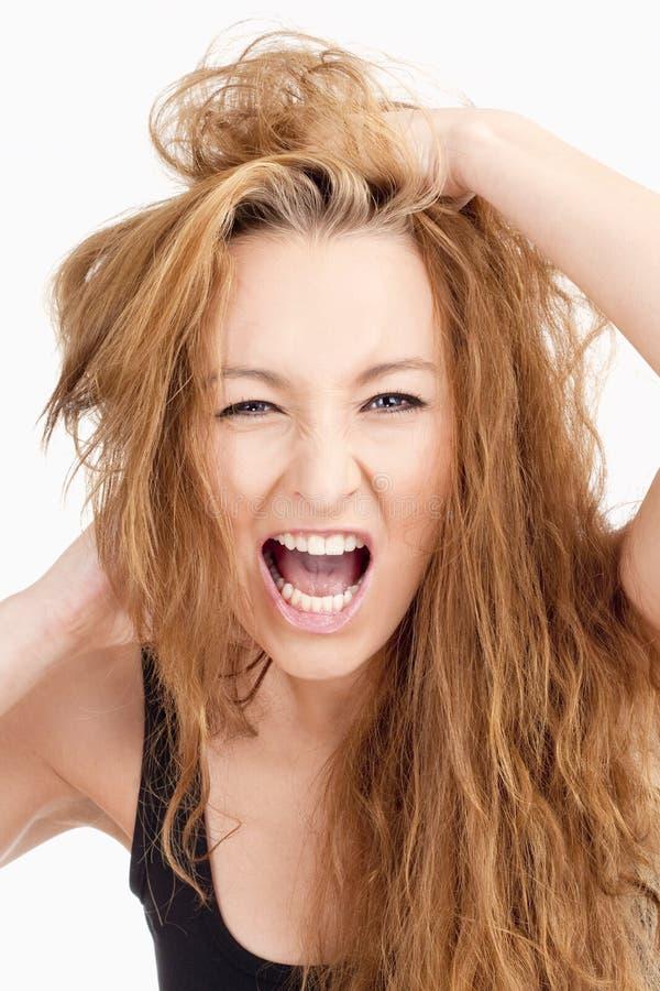 Menina frustrante com cabelo longo de Brown que grita foto de stock