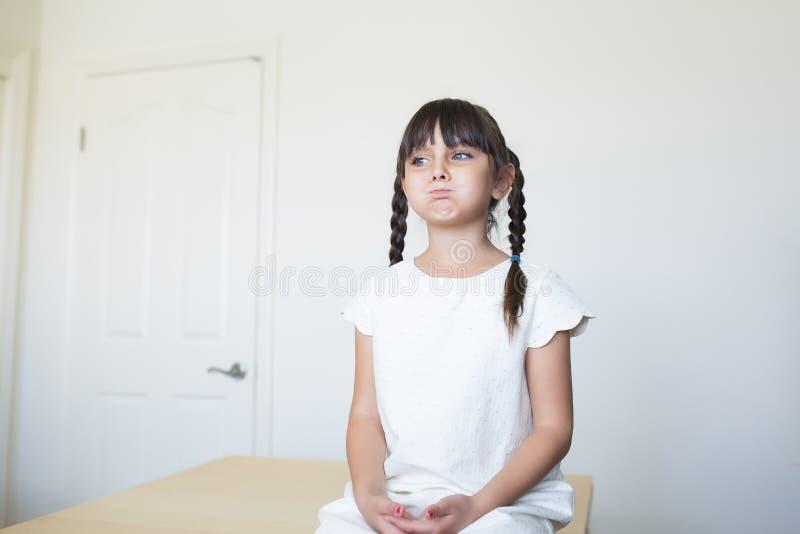 Menina furada com uma expressão facial fotografia de stock royalty free