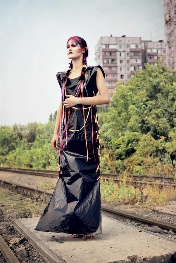 Menina futurista no vestido preto do PVC foto de stock royalty free