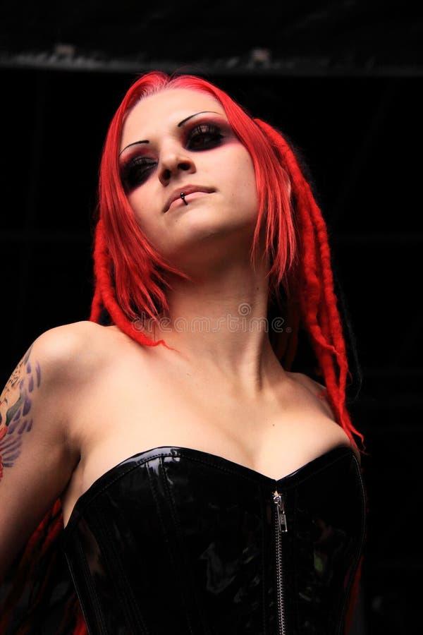 Menina gótico com cabelo vermelho e o espartilho preto imagem de stock