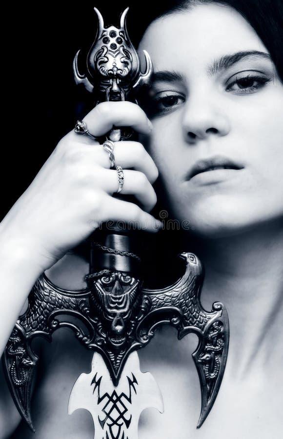 Menina gótico com uma espada imagens de stock royalty free