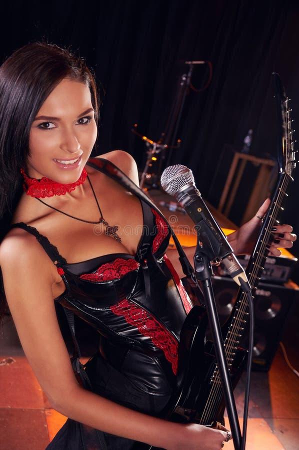 Menina glamoroso que canta na fase fotos de stock