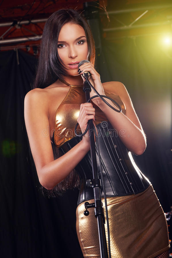 Menina glamoroso que canta na fase imagem de stock