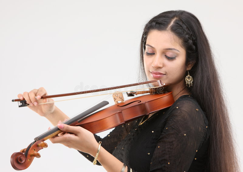 Menina glamoroso que joga o violino imagens de stock