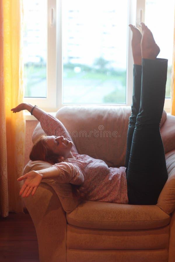Menina gorda alegre que engana ao redor Positivo do corpo fotos de stock royalty free