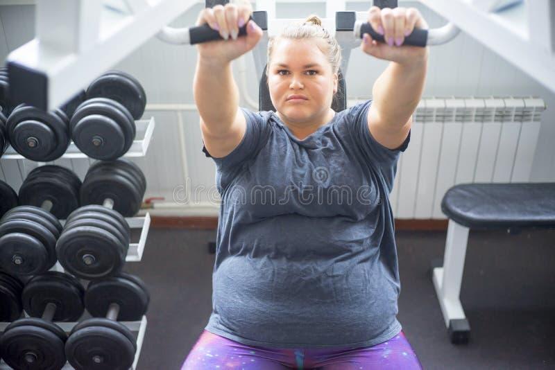 Menina gorda em um gym fotografia de stock