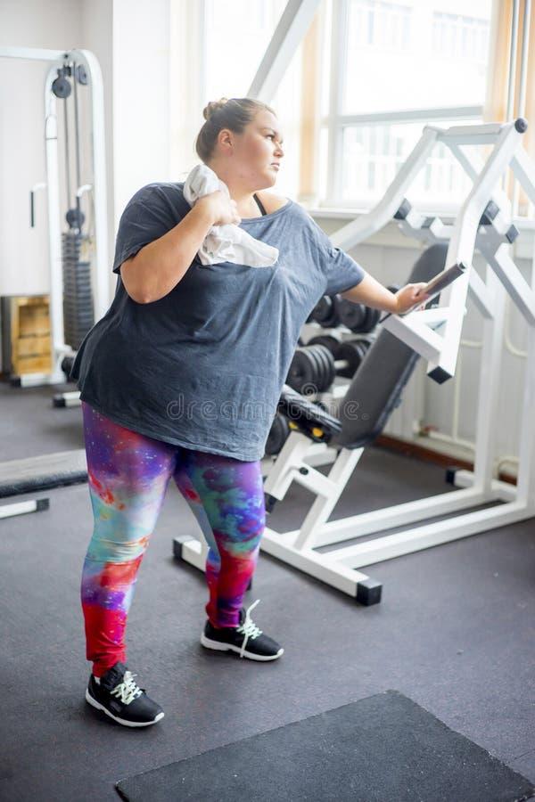 Menina gorda em um gym foto de stock