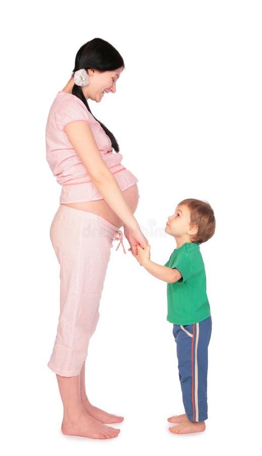 Menina grávida com a criança frente a frente