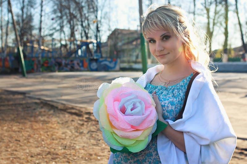 A menina grávida está andando em torno do parque da cidade na mola imagens de stock royalty free