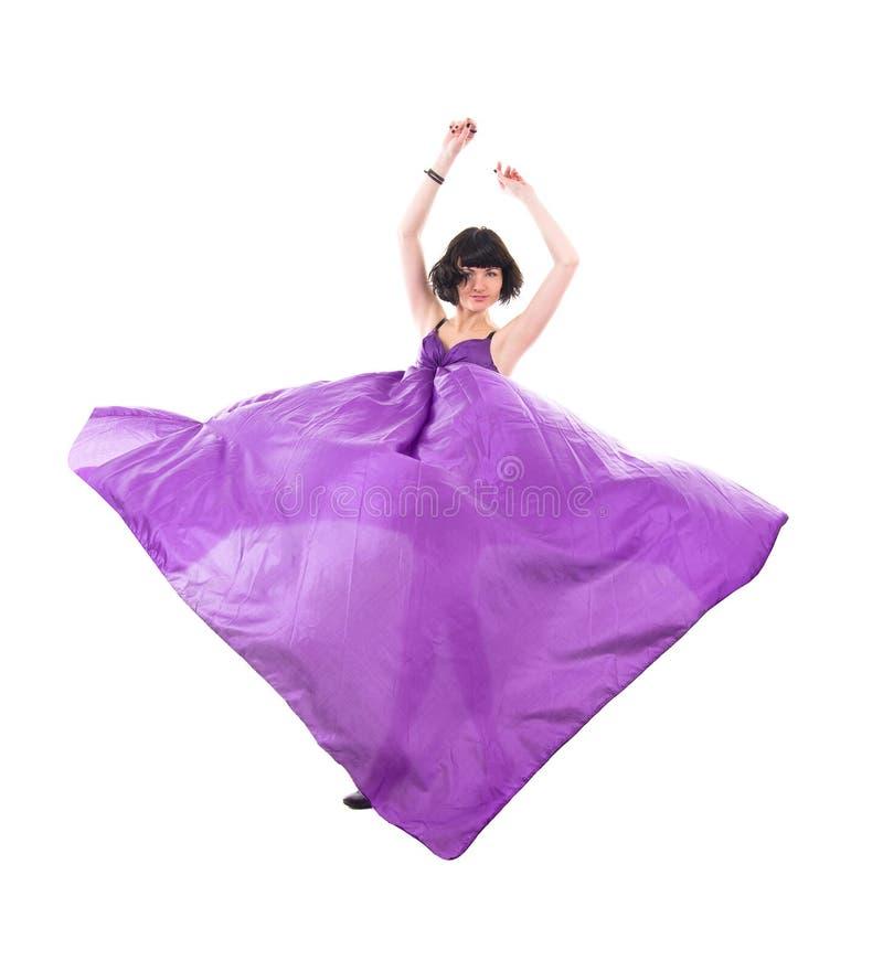 Menina graciosa na tela de seda roxa do vôo fotos de stock royalty free