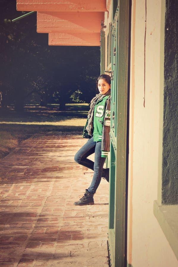 Menina graduada que levanta em uma vila fotografia de stock