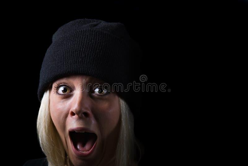 Menina gritando no fundo preto fotos de stock