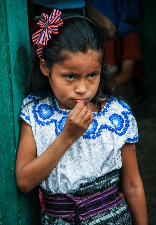A menina guatemalteca vestiu-se acima para a eleição da rainha da escola, San Pedro La Laguna, Solola, Guatemala fotos de stock