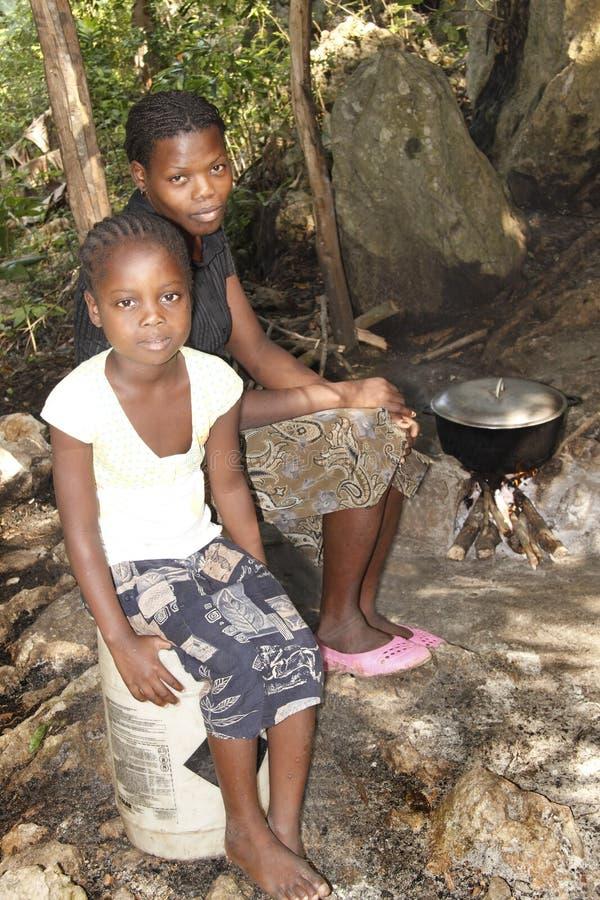 Menina haitiana nova e sua matriz foto de stock royalty free