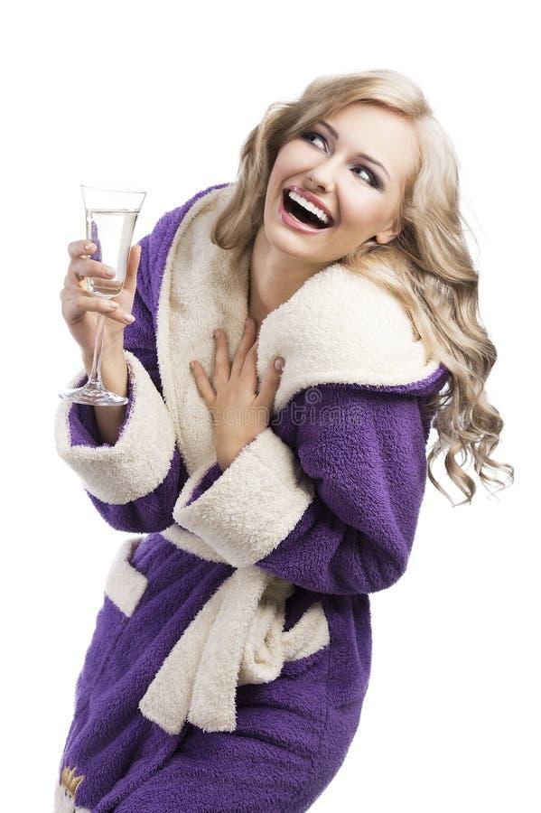Menina haooy loura no champanhe bebendo do bathrobe imagem de stock royalty free