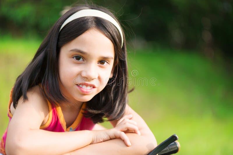 Menina hicpanic bonito na bicicleta fotografia de stock