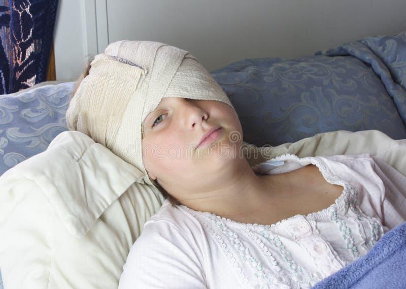 Menina Hurt na cama fotografia de stock