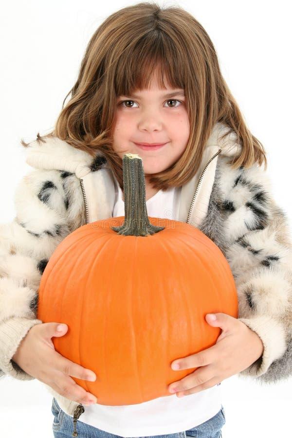 Menina idosa de cinco anos bonita com abóbora imagem de stock