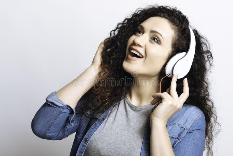 Menina impressa ao cantar músicas fotografia de stock