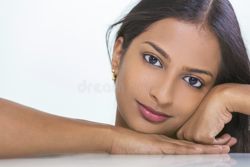 Menina indiana asiática bonita da mulher do retrato imagem de stock