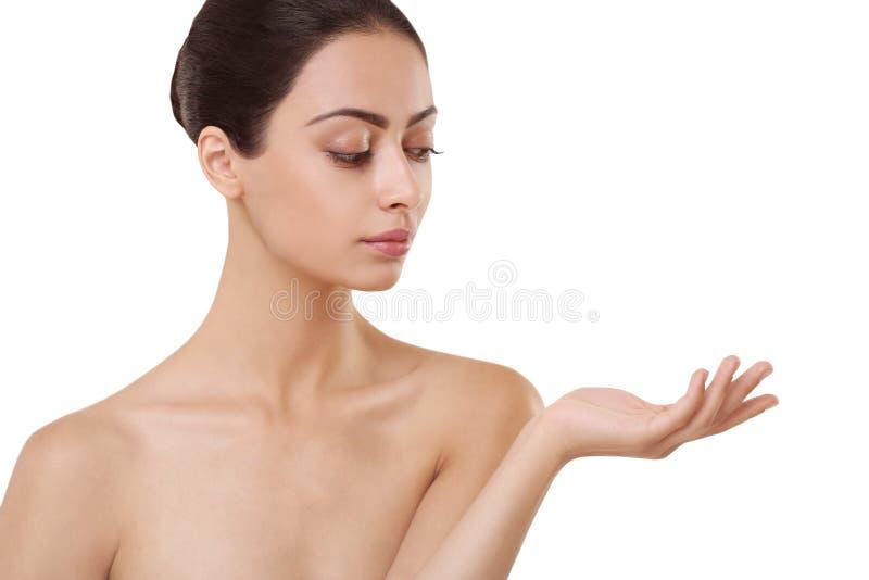 Menina indiana bonita com pele perfeita, no fundo branco fotos de stock royalty free