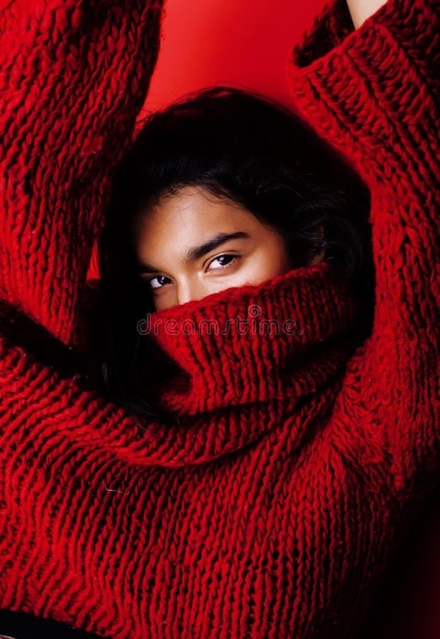 Menina indiana bonita nova no levantamento vermelho da camiseta emocional, moderno adolescente, conceito do mulato da forma dos p fotografia de stock