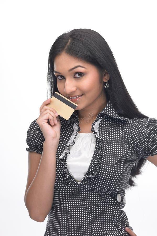 Menina indiana com de cartão de crédito foto de stock royalty free