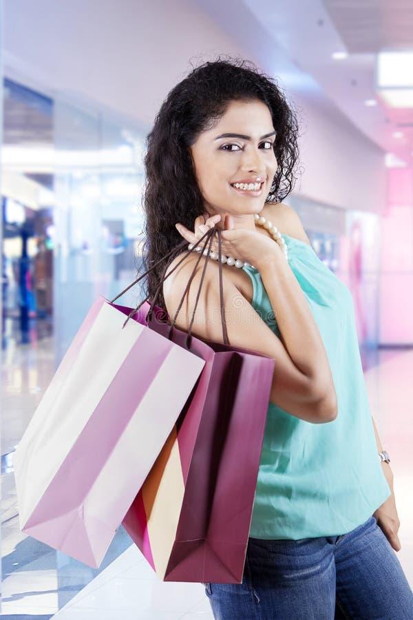 Menina indiana com sacos de compras imagem de stock