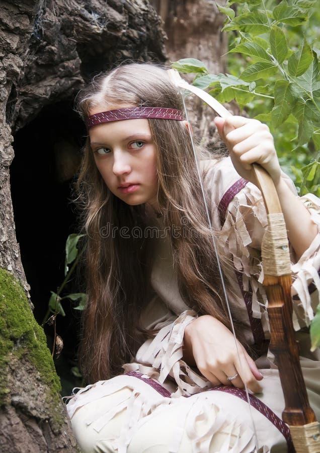 Menina indiana com uma curva em suas mãos, na emboscada imagem de stock royalty free