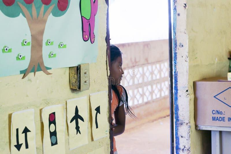 Menina indiana de KatÃo na entrada da sala da escola na vila de Embera Drua imagem de stock