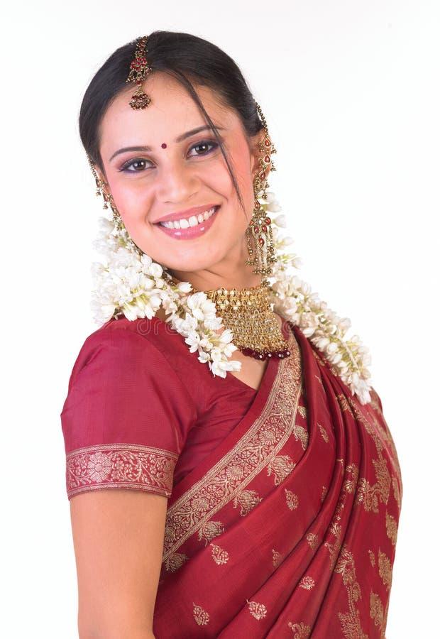 Menina indiana de sorriso no sari de seda imagens de stock