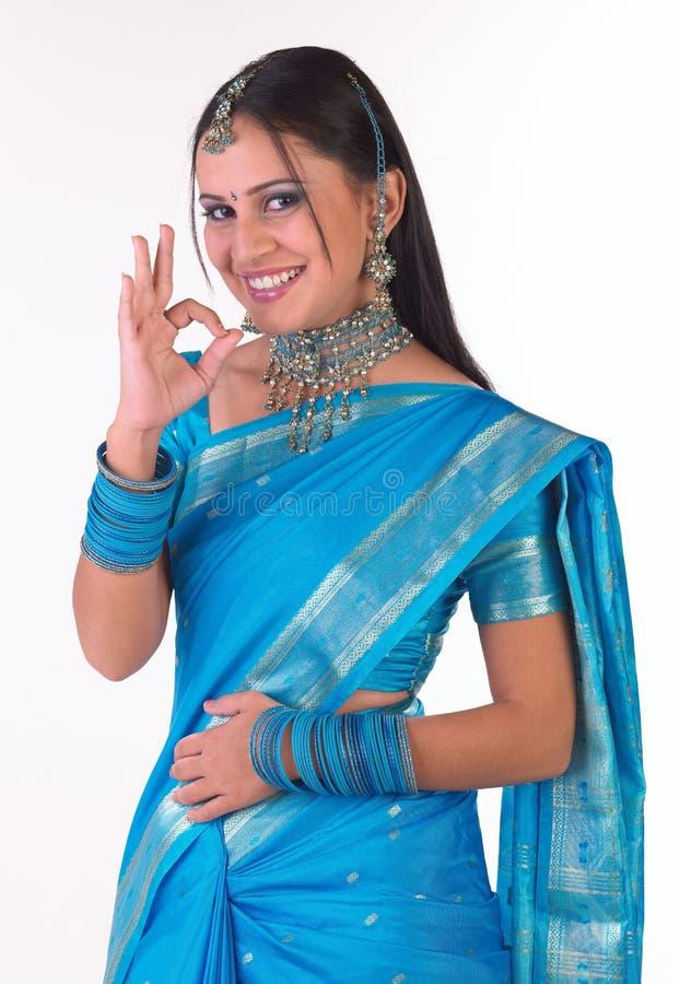Menina indiana em dizer do sari excelente fotografia de stock