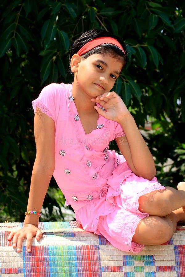 Menina indiana feliz e relaxed imagens de stock royalty free
