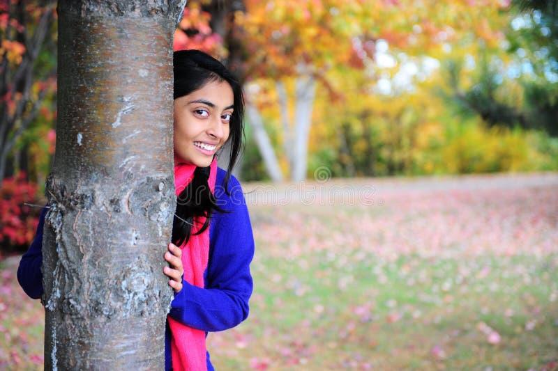 Menina indiana na estação de queda imagem de stock