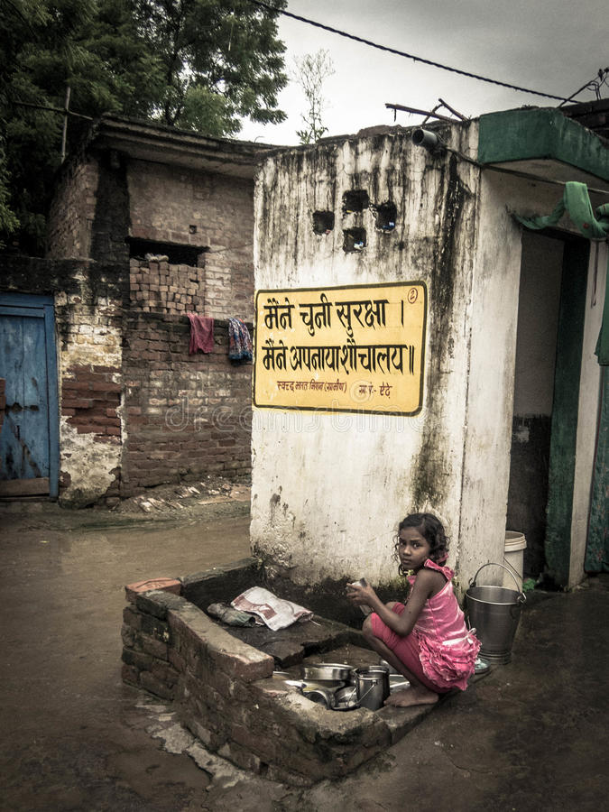 Menina indiana nova em uma vila rural pobre na Índia fotografia de stock