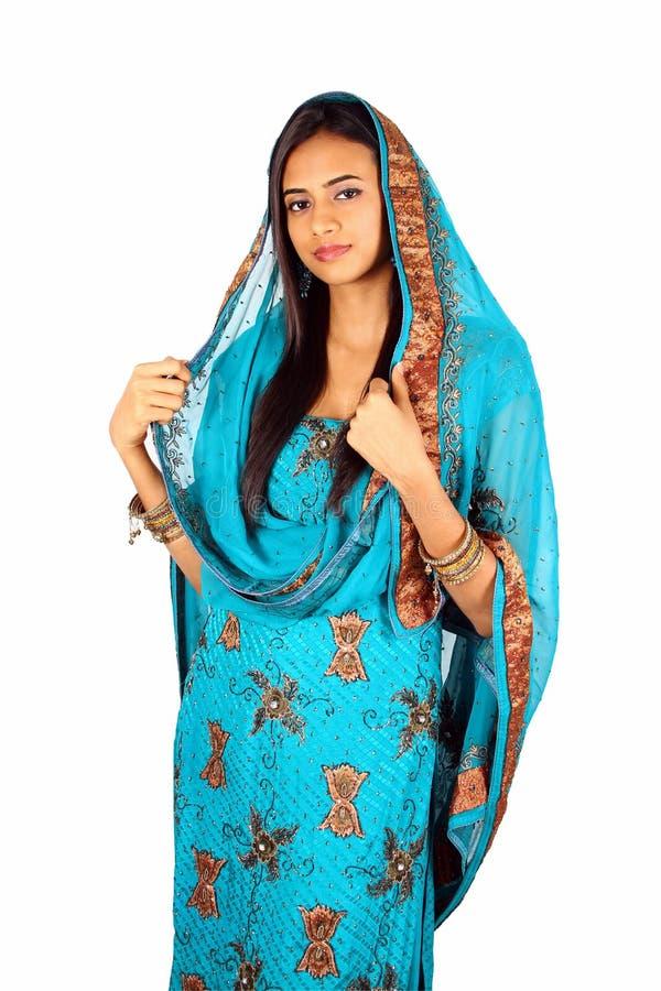Menina indiana nova na roupa tradicional. imagem de stock