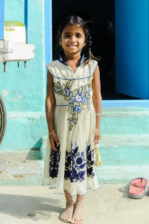 Menina indiana nova que sorri in camera dentro fora Foto vertical 11 de fevereiro de 2018 Puttaparthi, Índia fotografia de stock royalty free
