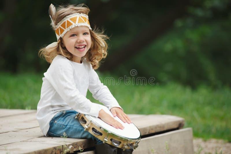 A menina indiana pequena joga o pandeiro fotos de stock