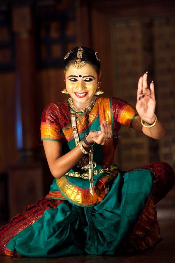 Menina indiana que dança a dança de Bharat Natyam imagens de stock royalty free
