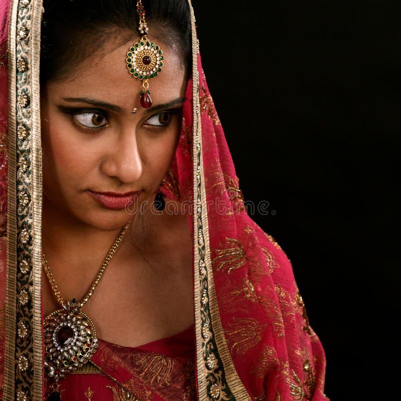 Menina indiana que olha o espaço lateral foto de stock