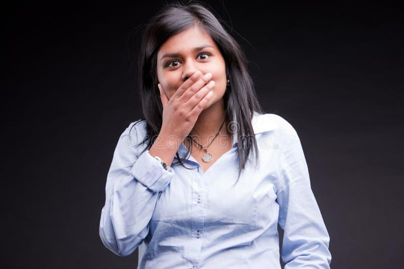 Menina indiana que realiza ela confundida fotografia de stock royalty free