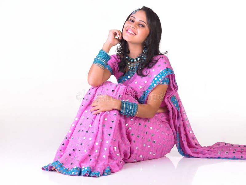 Menina indiana que senta-se no assoalho fotografia de stock