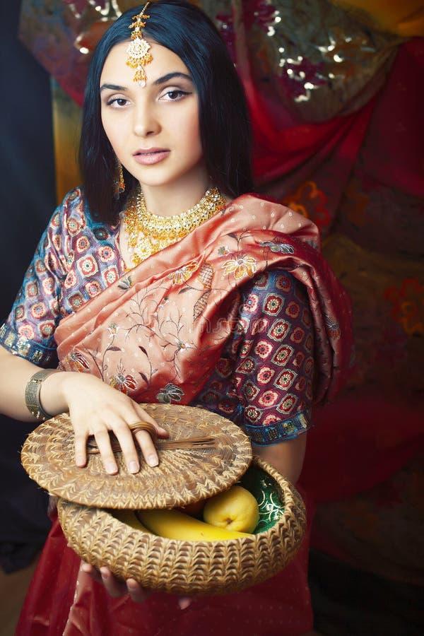 Menina indiana real doce no sorriso do sari alegre, joia que brilha, conceito da beleza dos povos do estilo de vida imagens de stock royalty free